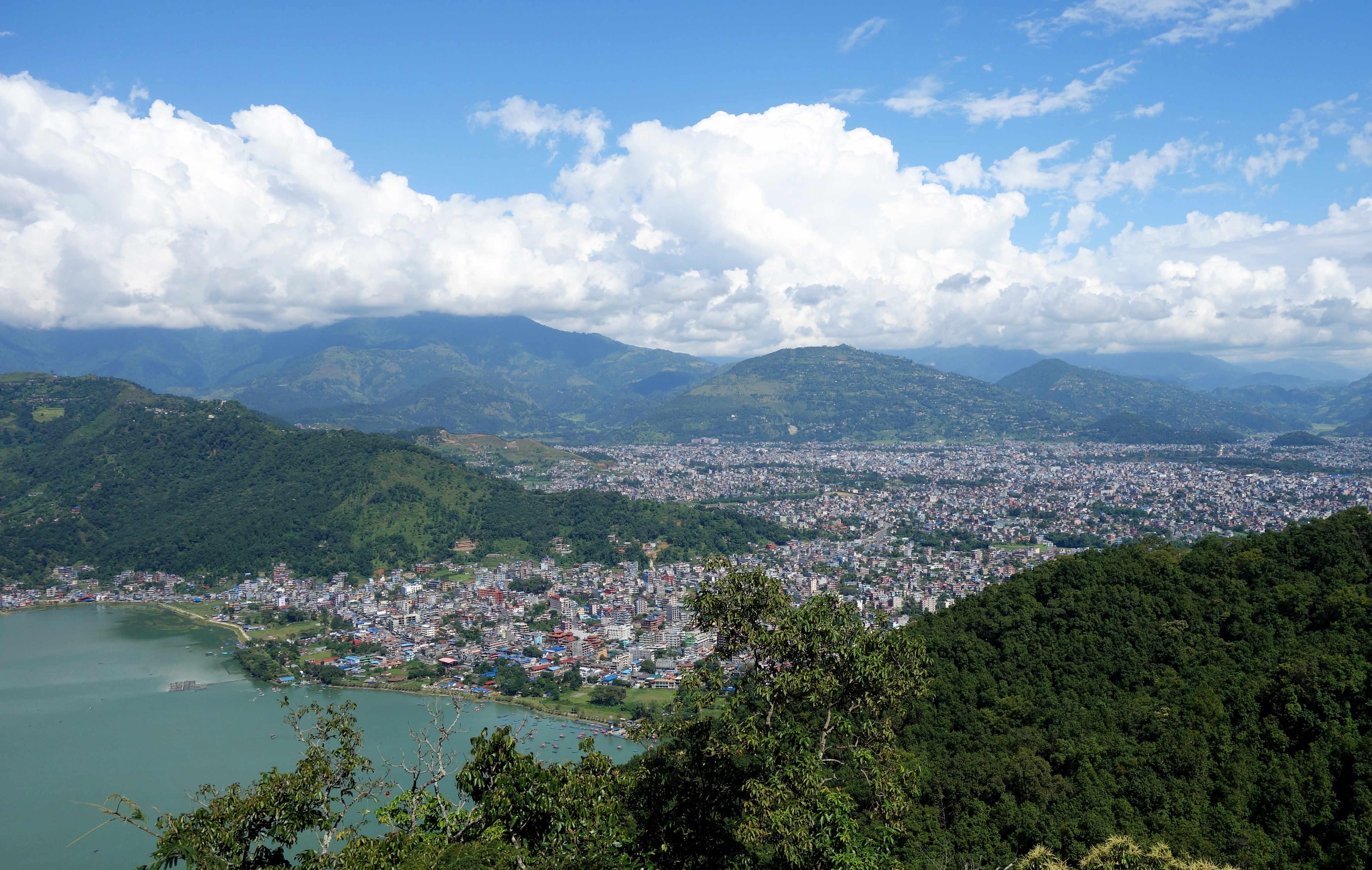 Nepal Pokhara Blick auf See und Stadt