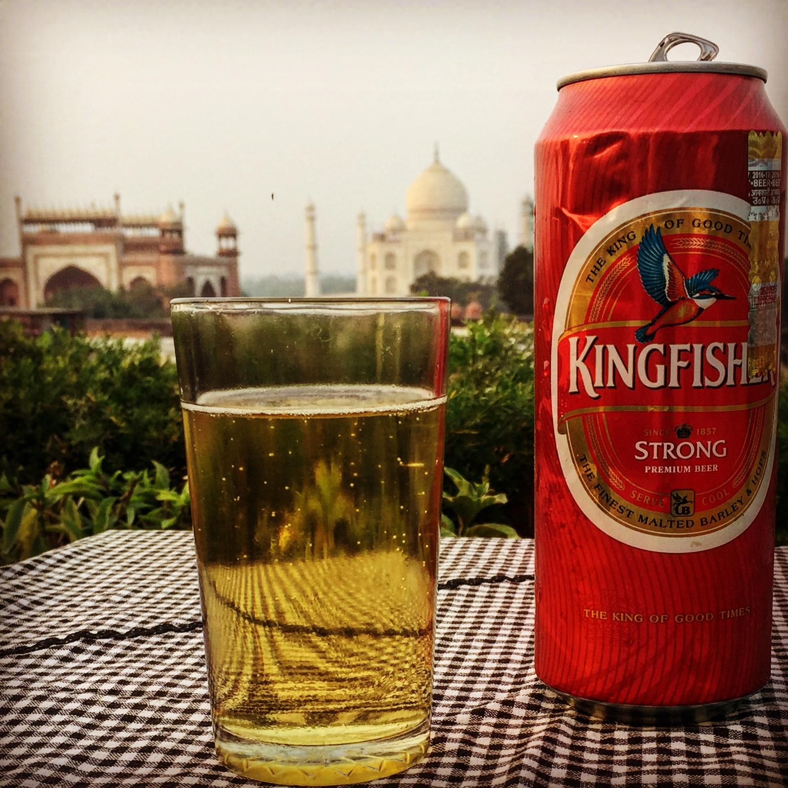 Indien Agra Blick auf Taj Mahal mit Bier