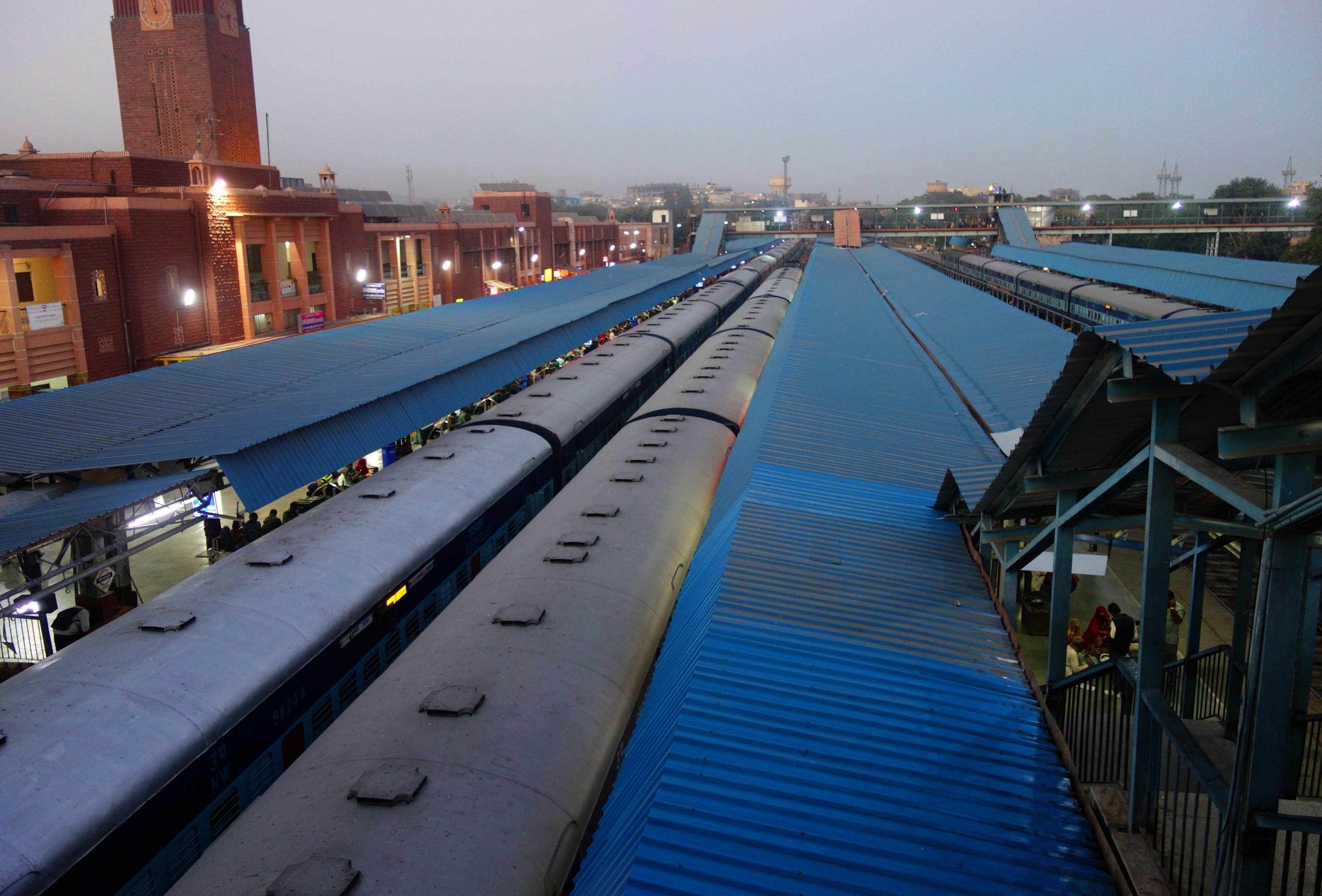 Indien Zugfahren Blick auf Bahnhof