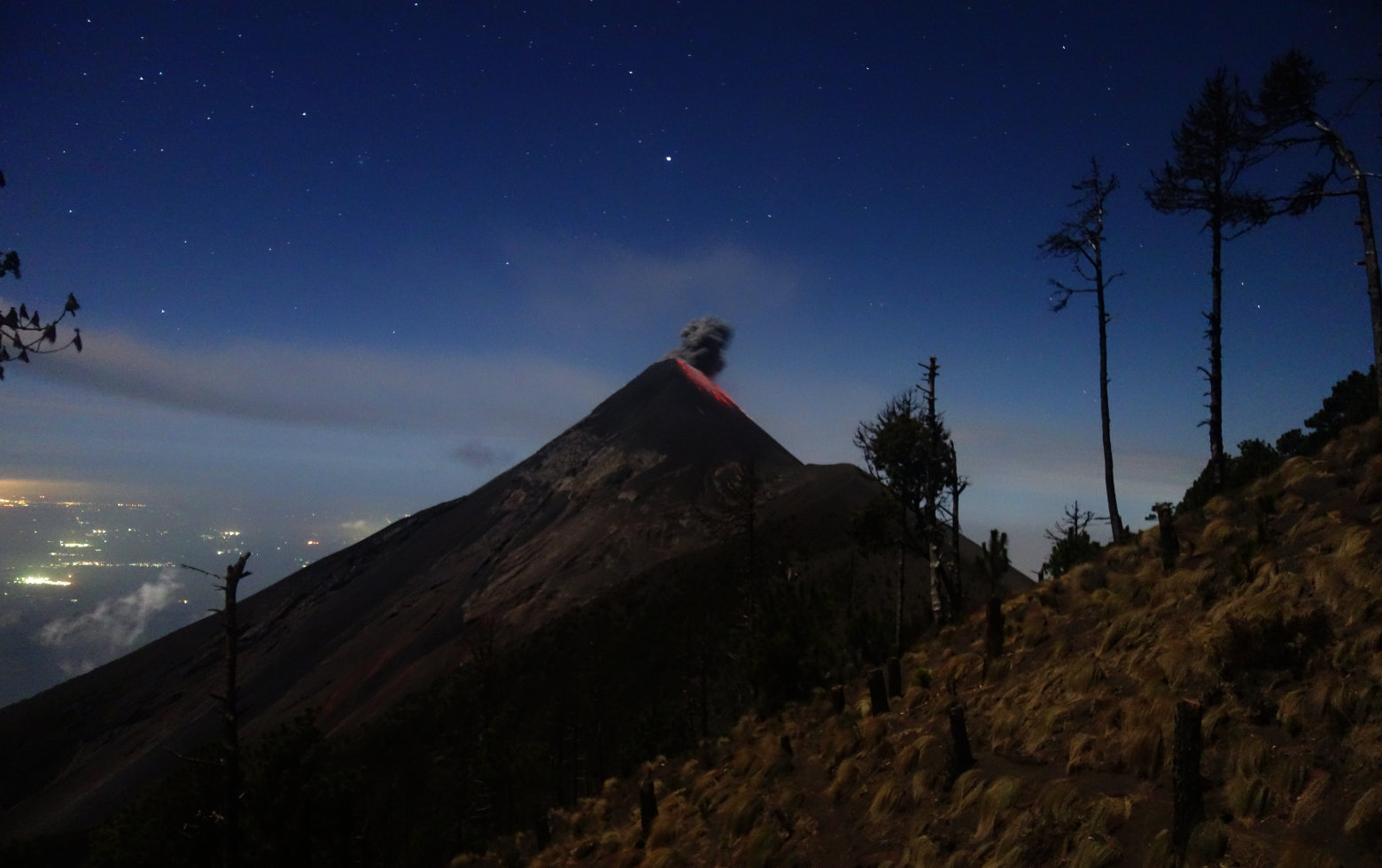 Guatemala Antigua Acatenango Vulkan mit Lava