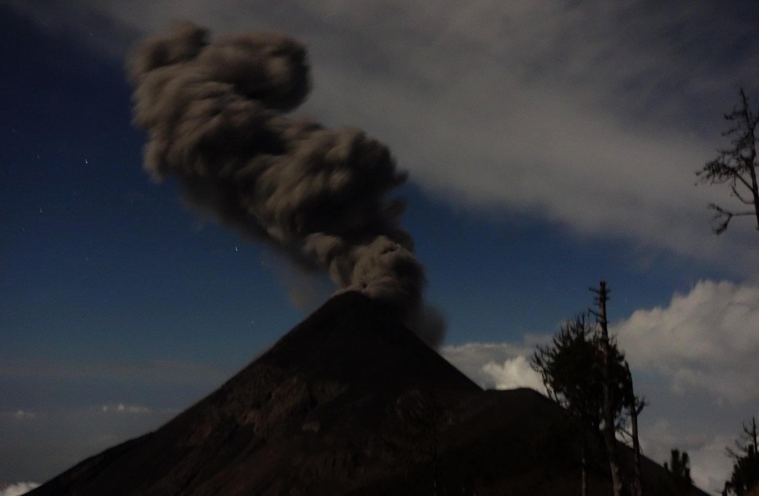 Guatemala Antigua Acatenango Vulkan mit Rauch
