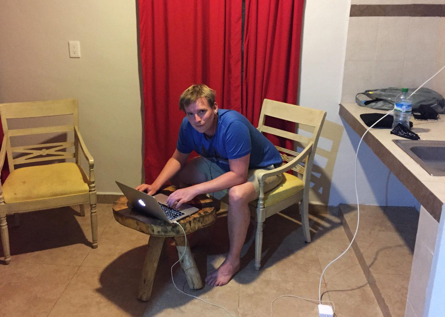 Blog Reisetief Matthias vor Laptop