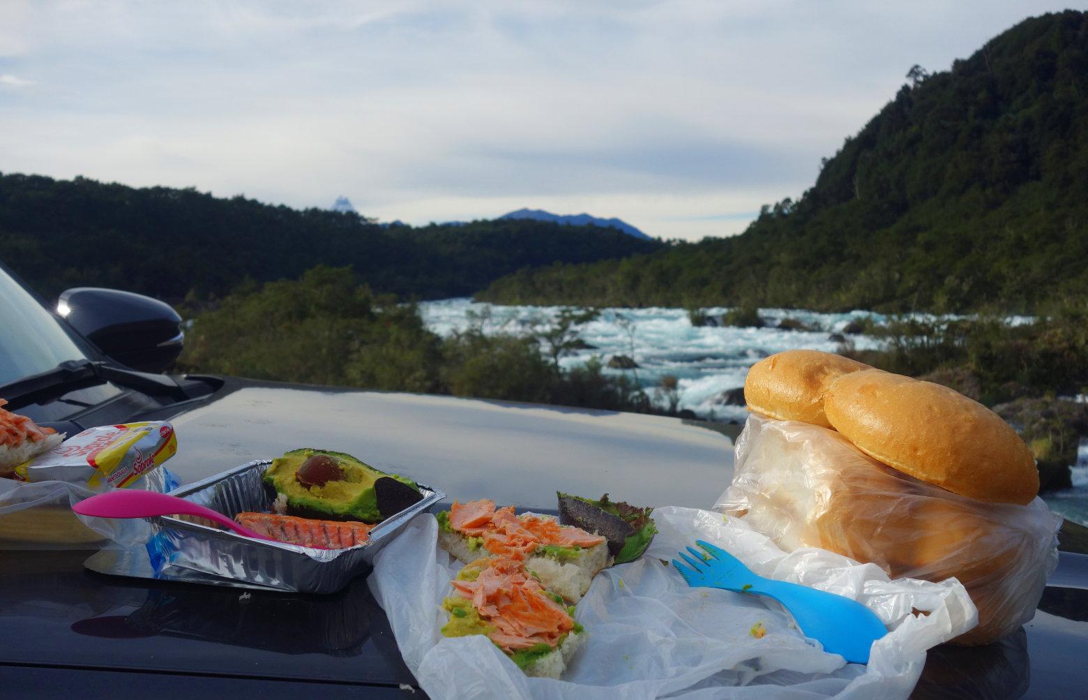 Chile Roadtrip Essen auf Motorhaube