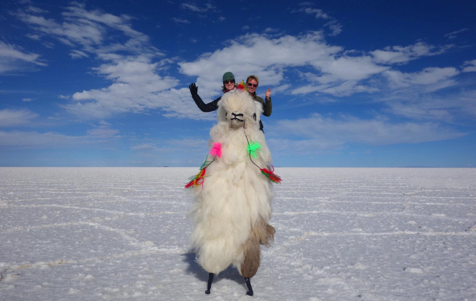 Bolivien Salar de Uyuni Paar auf Lama