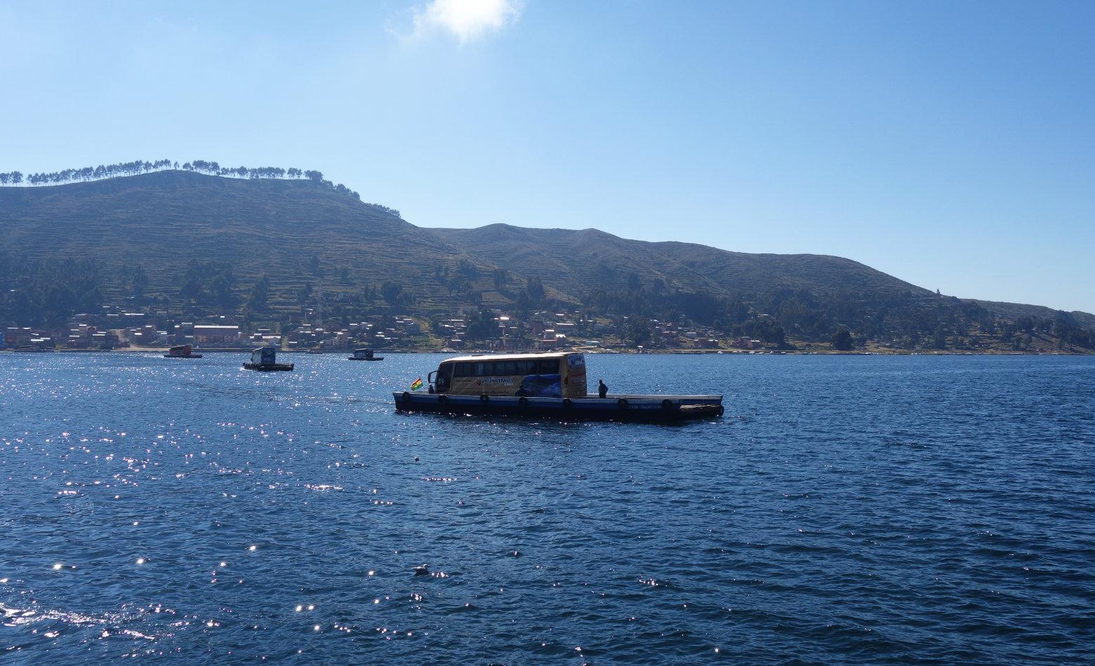 Bolivien Titicacasee Bus auf Fähre