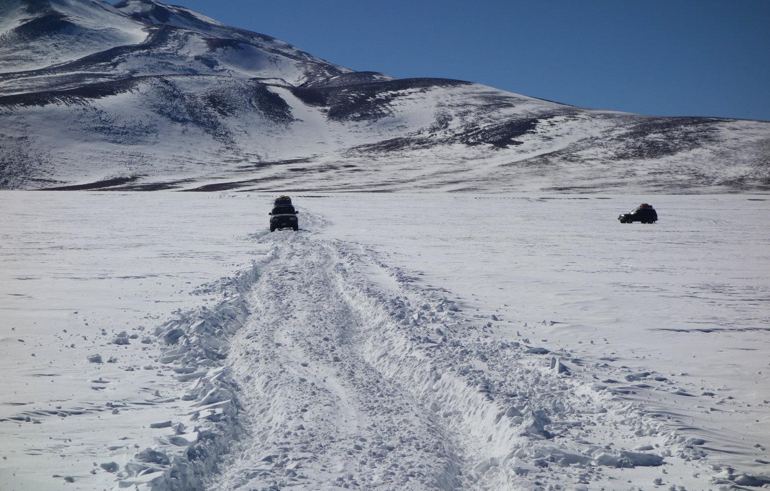 Bolivien Salar de Uyuni Jeep im Schnee
