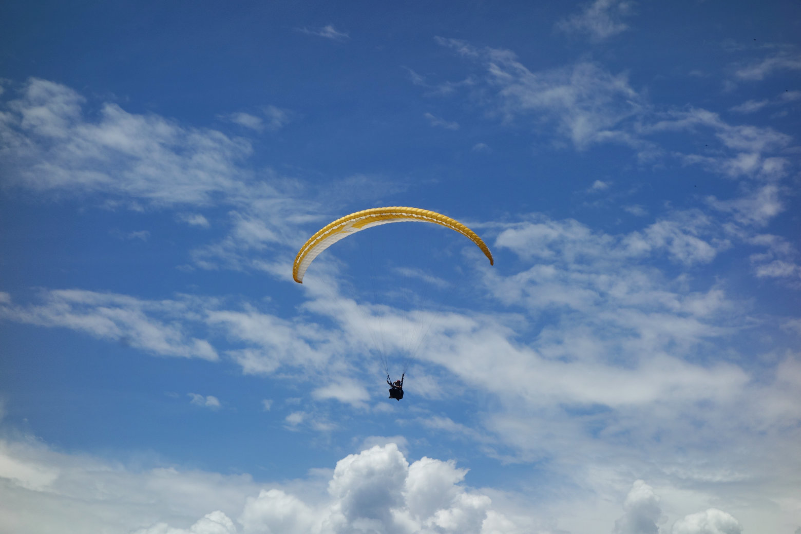 San Gil Paraglider am Himmel