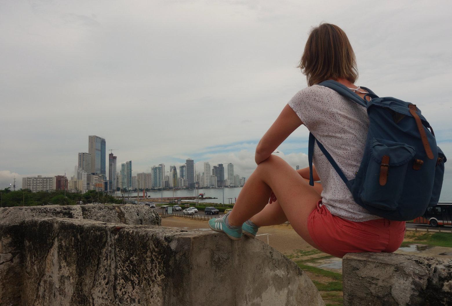 Cartagena Stadtmauer mit Blick auf Hochhäuser