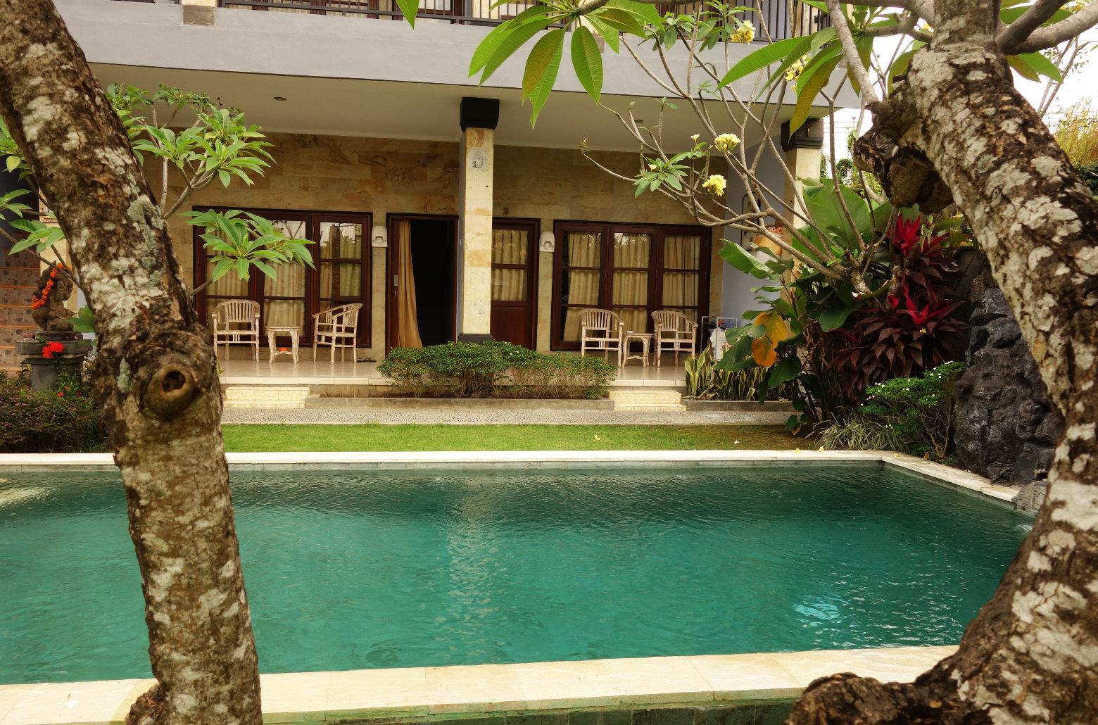 Canggu Koming Guesthouse Pool und Zimmer