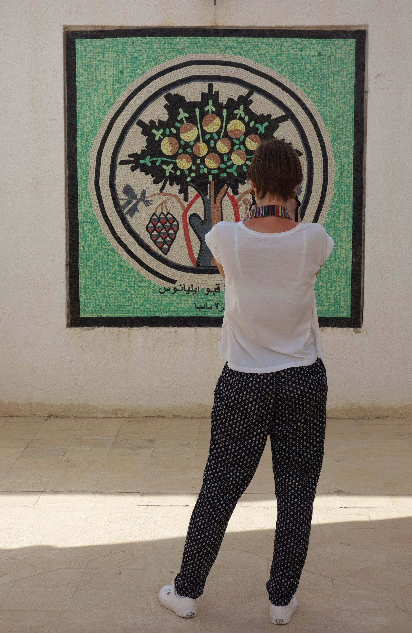 Madaba Franzi fotografiert Mosaik