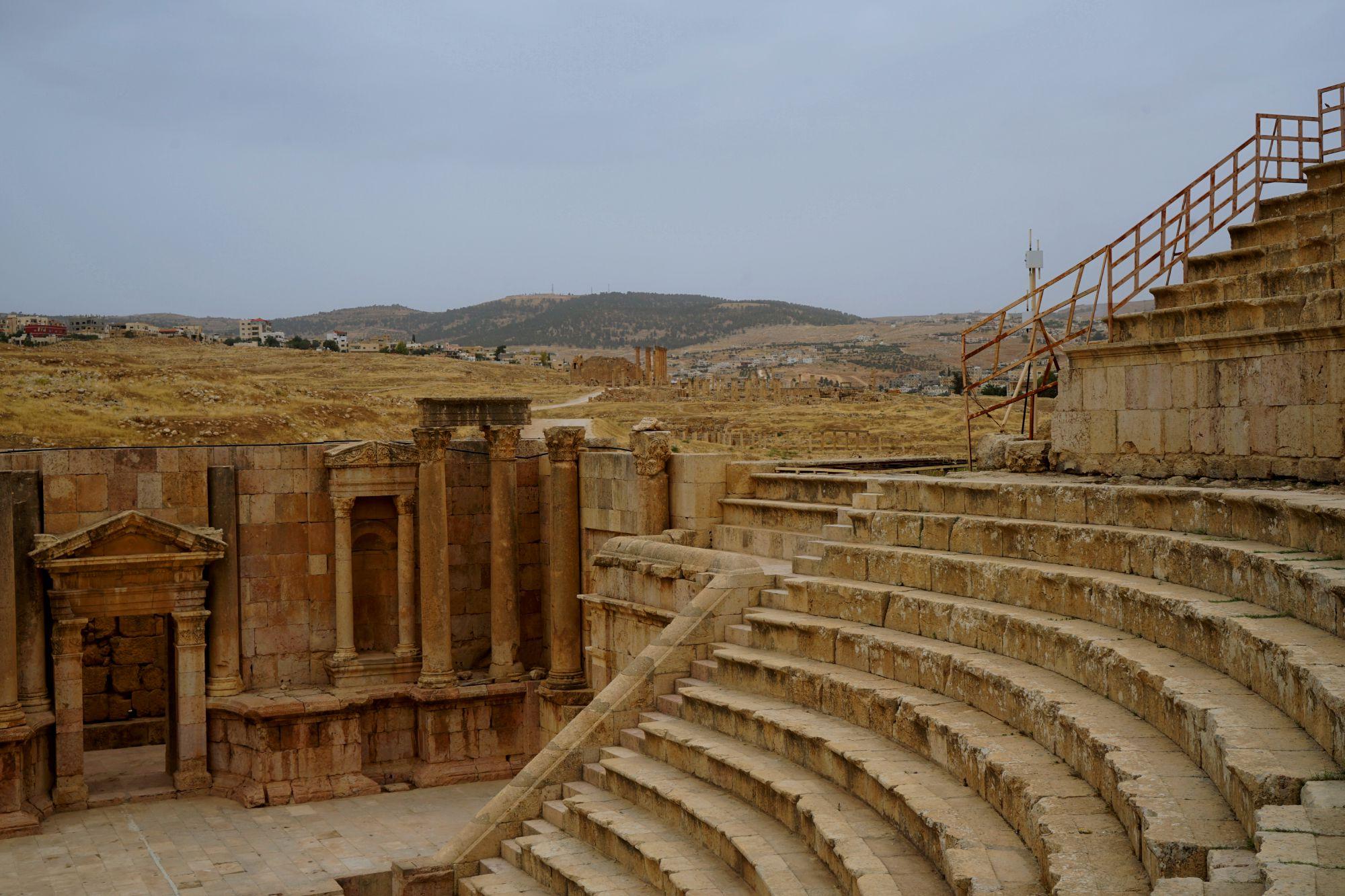 Jerash Theater Ränge und Blick