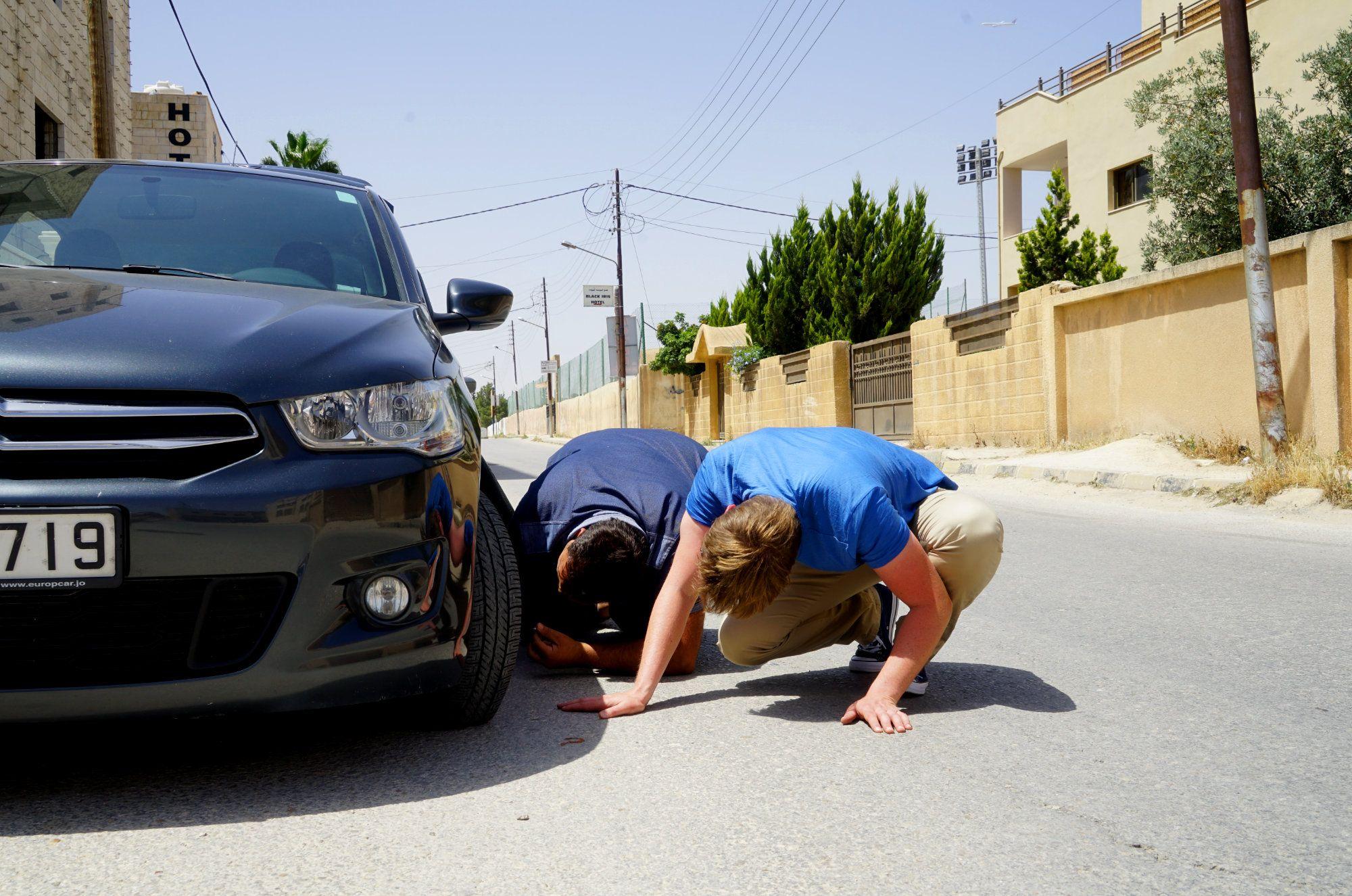 Jordanien Rundreise Matthias repariert Auto