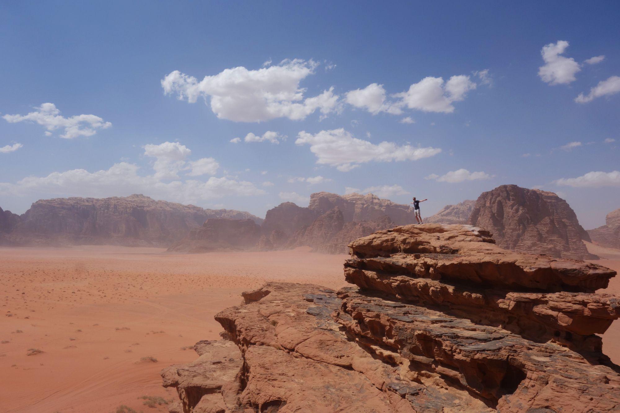 Wadi Rum Matthias auf Fels vor Wüste