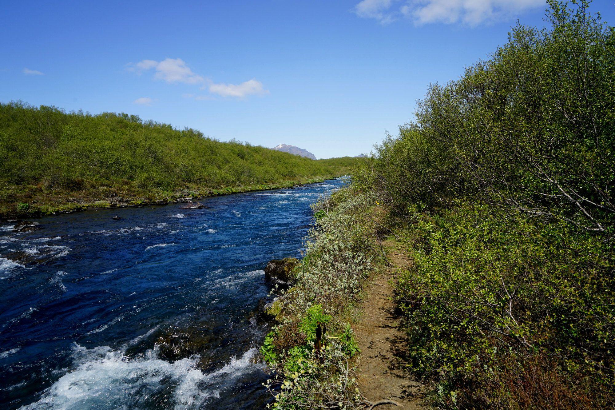 Bruarfoss Weg am Fluss