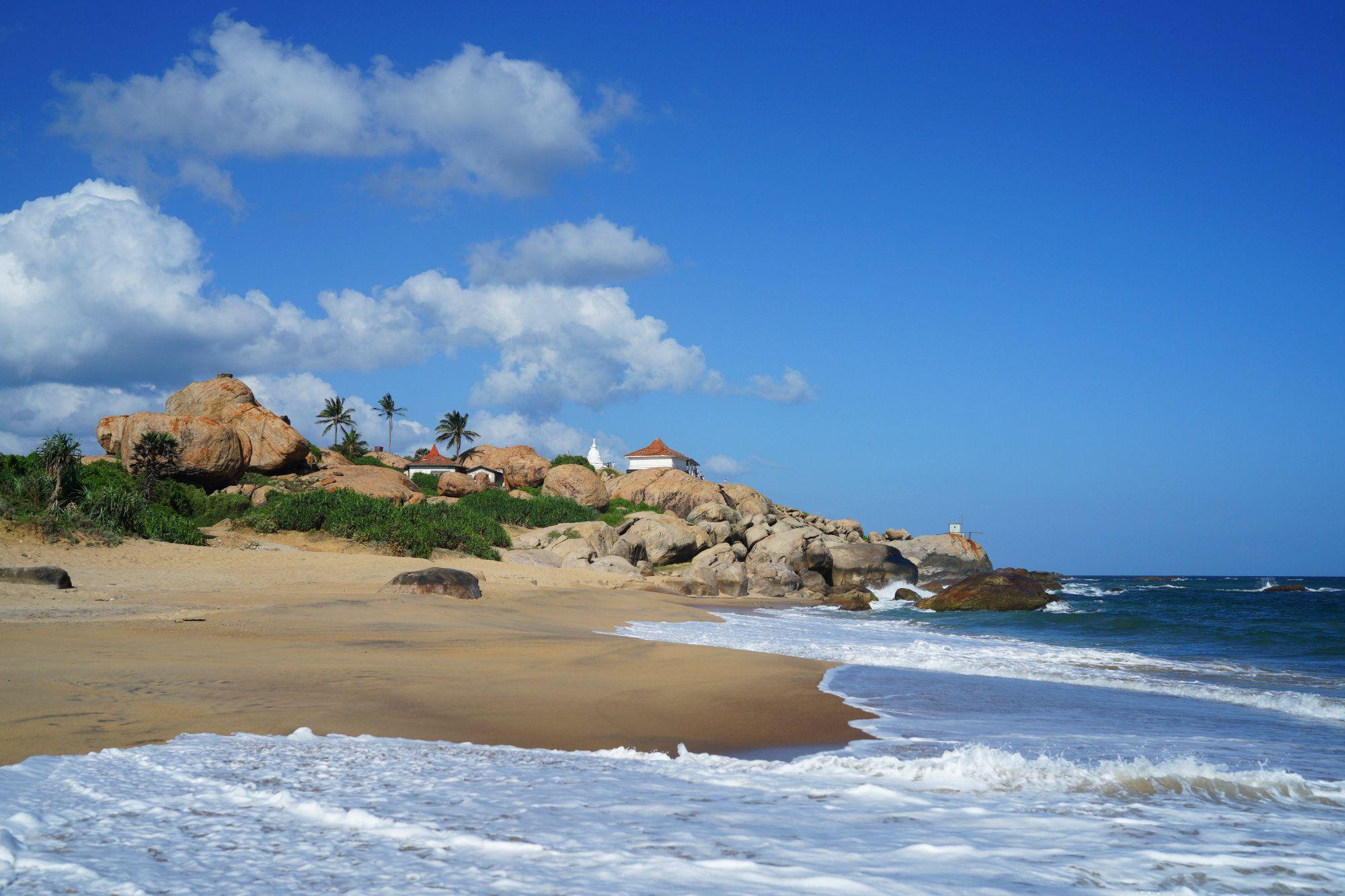Kirinda Strand mit Wellen