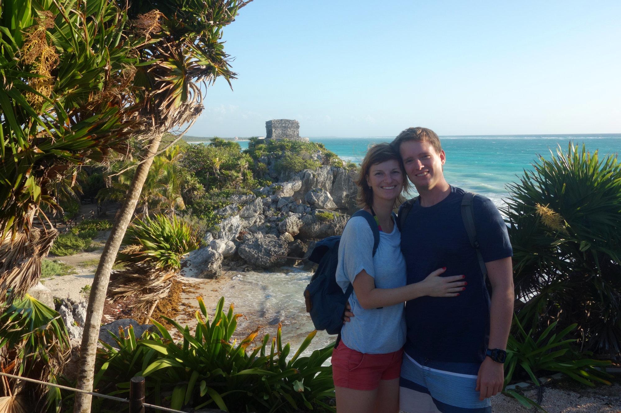 Tulum Paar vor Maya Ruine und Meer