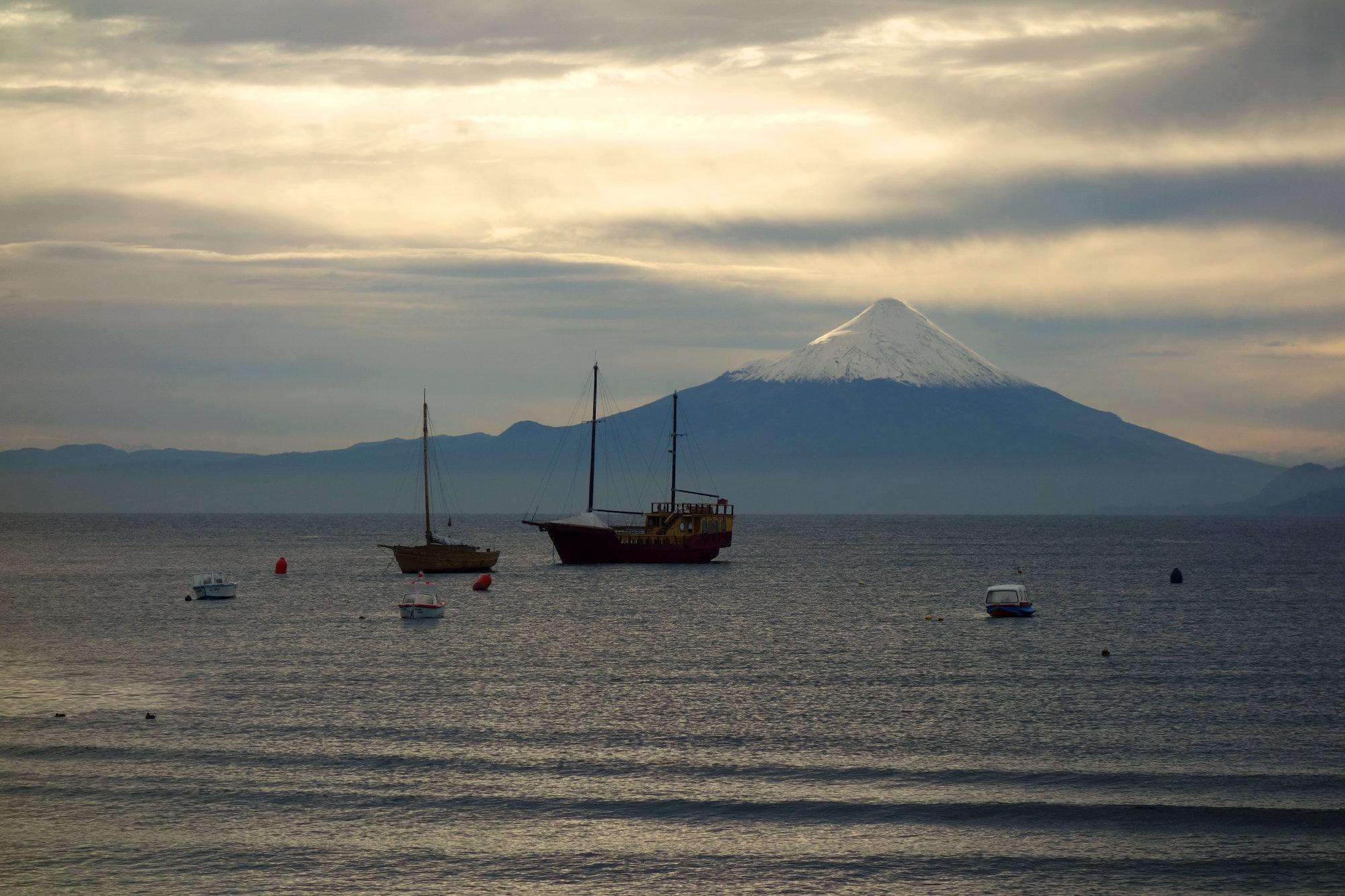 Vulkan Osorno mit See und Booten