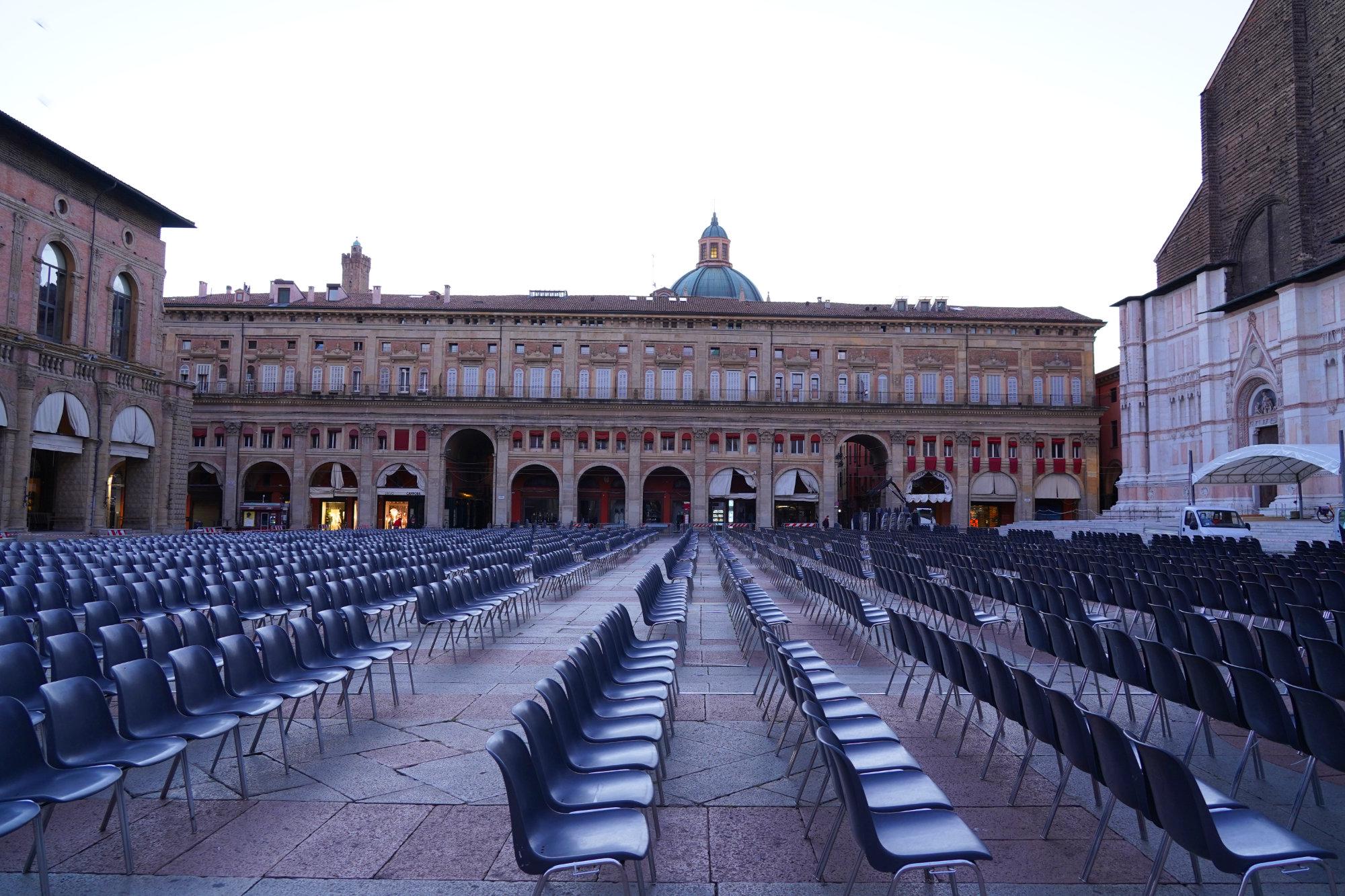 Bologna Piazza Maggiore voller Stühle