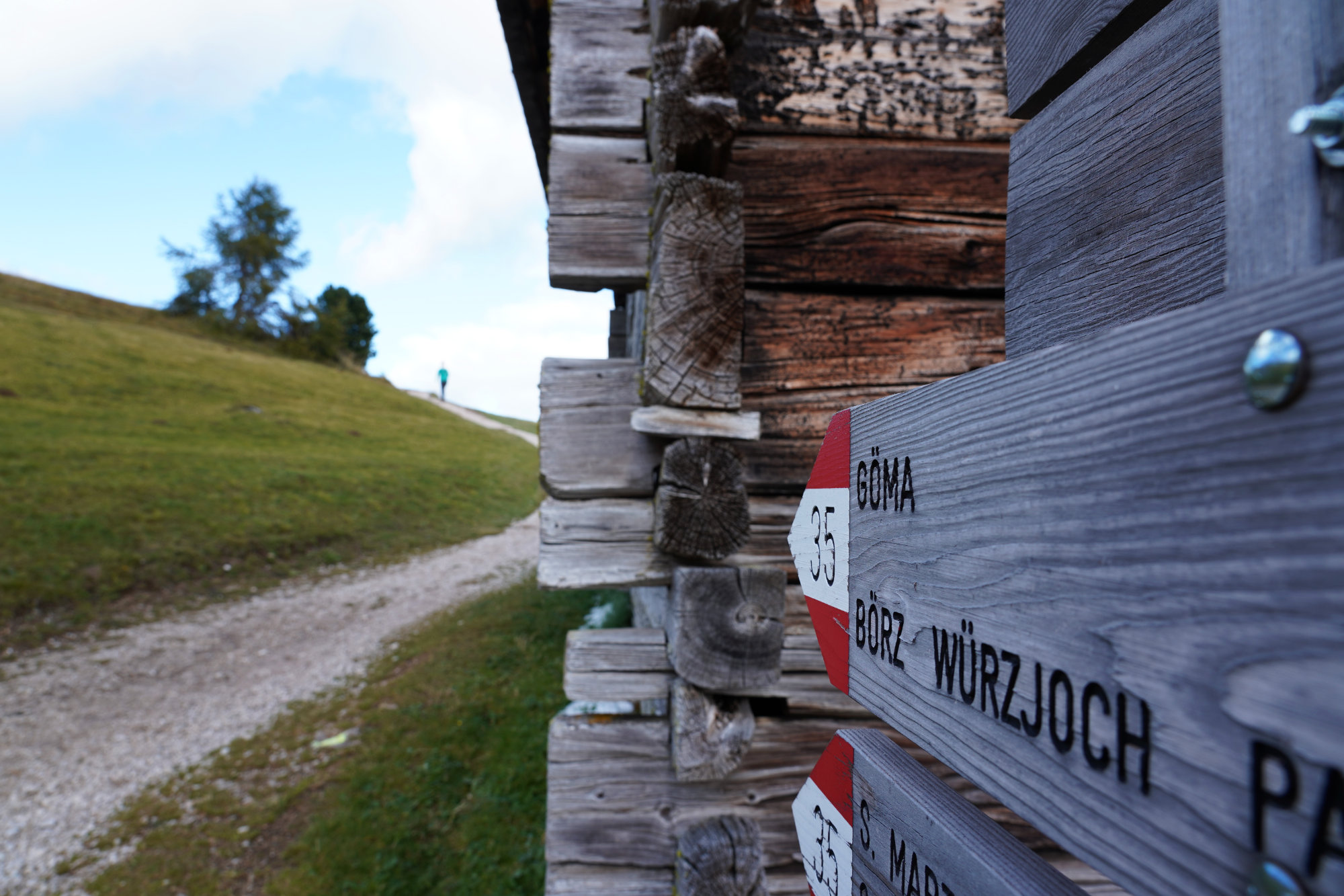 Dolomiten Peitlerkofel Wanderung Schild und Franzi