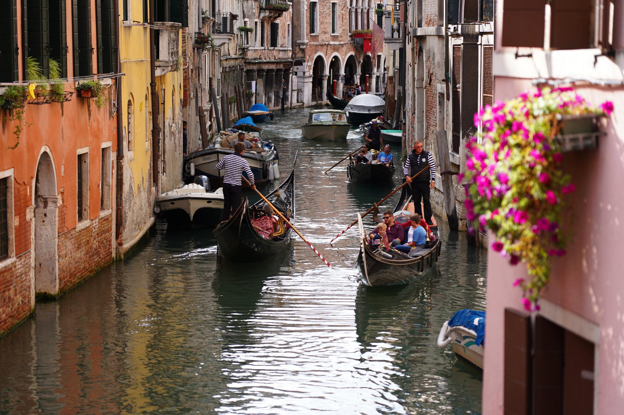 Venedig Sehenswürdigkeiten Kanal mit Gondeln