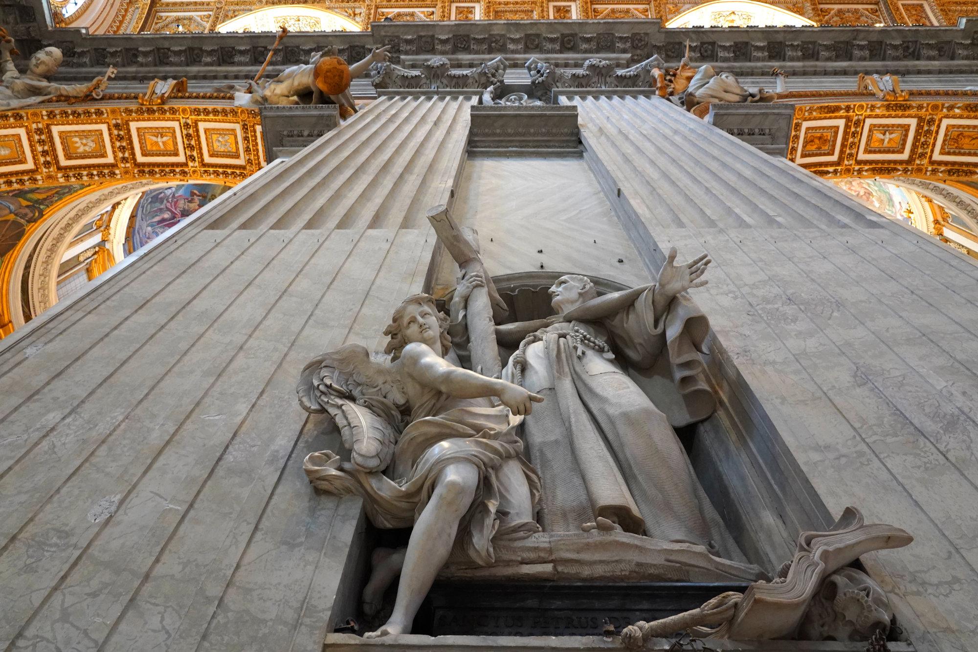 Vatikan Petersdom Säule und Decke